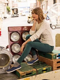 Chunky white sweater, navy skinny pants, and navy keds.