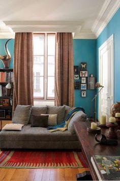 Ambiance ethnique et cocooning dans le salon de cet appartement parisien
