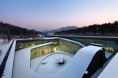 Parc mémorial de Séoul par Haeahn Architecture  Proyecto: 18,000 m2 Area Sitio: 36,000 m2 - crematorio construido  © Park Young-chae