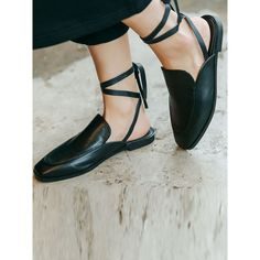 Black Lace Up Square Toe Flat Shoes (2.940 RUB) ❤ liked on Polyvore featuring shoes, flats, leather flat shoes, lace up shoes, kohl shoes, black leather shoes and lace up flats