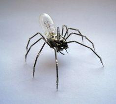 Artista transforma relógios quebrados em miniesculturas incríveis de insetos