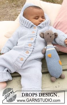 "Little blue dream / DROPS baby - free knitting patterns by DROPS design : DROPS romper with raglan yoke and bear in ""Merino Extra Fine"". Baby Knitting Patterns, Knitting For Kids, Baby Patterns, Free Knitting, Crochet Patterns, Crochet Onesie, Crochet Teddy, Crochet Bebe, Crochet Shawl"