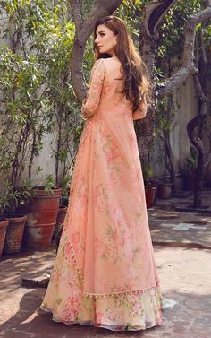 Peach Floral Kurta Lehenga Price: INR Buy from Threads & Motifs Threads and Motifs is a Pakistani Online Website that does pretty budget lehengas and occasional wear. Party Wear Indian Dresses, Pakistani Fashion Party Wear, Designer Party Wear Dresses, Pakistani Dresses Casual, Indian Fashion Dresses, Indian Gowns Dresses, Kurti Designs Party Wear, Pakistani Bridal Dresses, Dress Indian Style