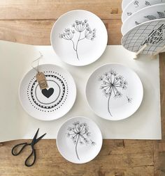 Pin by Melike Zumrutt on tabak Painted Plates, Ceramic Plates, Ceramic Pottery, Pottery Art, Decorative Plates, Pottery Painting, Ceramic Painting, Ceramic Art, Sharpie Paint