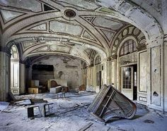 The Ruins of Detroit - Parisian photographers Yves Marchand and Romain Meffre took a trip to Detroit to capture the urban decay of a once thriving city. In their book The Ruins of Detroit. Abandoned Buildings, Abandoned Mansions, Old Buildings, Abandoned Places, Abandoned Library, Detroit Ruins, Abandoned Detroit, Detroit Slums, Abandoned Factory