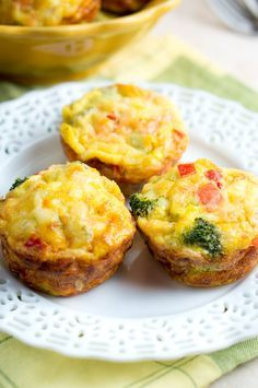 Easy Breakfast Egg Muffins - Perfect grab and go breakfast! So delicious! Bake scrambled eggs & veggies at 375 for 20 min. #paleo #glutenfree #healthy