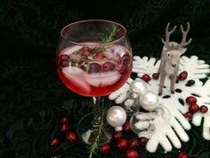 Deze speciale Rudolph's Gin Tonic is gemaakt met infused gin op basis van cranberries en rozemarijn. Mooie kerstcocktail!