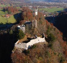 Burgruine Karlstein - Nach Sanierungsmaßnahmen im Jahre 1970/71 und 1980 wurde im Jahre 2010 eine umfangreiche Sanierung beschlossen. Dabei wurde das Mauerwerk von bewuchs befreit. Löcher in den Wänden der Ruine wurden geschlossen. Mauerteile wurden abgesichert und neu verputzt.