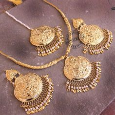 bridal jewelry for the radiant bride Jewelry Design Earrings, Gold Earrings Designs, Gold Jewellery Design, Pendant Jewelry, Gold Jewelry, Gold Designs, Bridal Jewellery, Tikka Jewelry, Indian Jewelry Sets