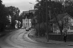 Näkymä Pasilankadulta luoteeseen. Etualalla oikealla Leankadun kulma. Vasemmalla Fannynkadun kulma. Keskellä oikealla autojen kohdalla Rakelinkadun kulma. Taustalla pilkottaa Ilmalan vesitorni. 1974