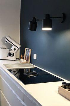 Hvid, grebsfrit køkken fra AUBO Køkken & Bad med NikolaTesla kogeplade m/ indbygget emhætte. #køkken