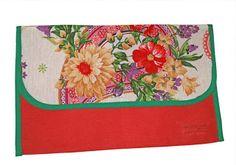 Delantal en su funda, rojo con llamativos motivos florales