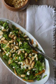 Skøn salat med grønkål og peanuts, som får ungerne (og kræsne mænd) til pludselig at gide at spise grønkål