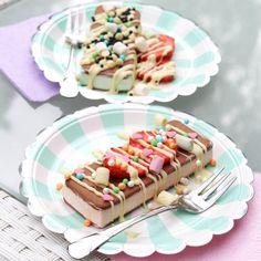 Ihanat, erilaiset jäätelöannokset. Mintunvihreät lautaset löytyvät Juhlahumun valikoimasta.