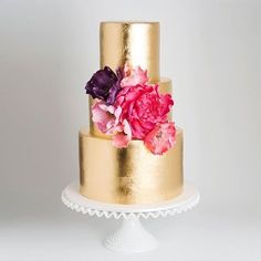 Obsessed with this gold beauty by @cake_ink! #dmeventsny #dminspiration #weddingcake #goldcake #goldwedding @dmgoldsmith @melinaschwabinger
