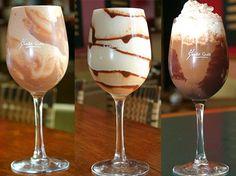 cafe-gelado superchefs Ingredientes para fazer café gelado: 3 cubos de café congelado 2 bolas de sorvete de creme ou chocolate 1 copo de leite gelado 1 colher de (sopa) de açúcar Calda de chocolate Chantilly para cobertura Chocolate granulado 1 colher de (sopa) de ovomaltine Como fazer café gelado: Coloque no liquidificador os cubos de café, as bolas de sorvete, o leite gelado, o açúcar e bata bem. Em seguida acrescente o ovomaltine. Agora decore uma taça com a calda de chocolate