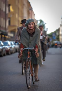 Tweed run Stockholm. Cape coat, knitted tam, neck scarf.