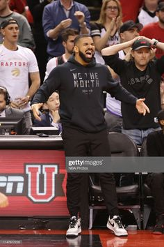 Drake reacts during Game Two of the NBA Finals between the Golden State Warriors and Toronto Raptors on June 2019 at Scotiabank Arena in Toronto, Ontario, Canada. Consigue fotografías de noticias de alta resolución y gran calidad en Getty Images Hip Hop Outfits, Men's Outfits, Rihanna Y Drake, Stylish Clothes, Stylish Outfits, Drake Outfit, Drake Wallpapers, Drake Clothing, Photo U