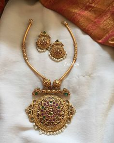 Pipe Pendant Round Set by Emblish Coimbatore ~ South India Jewels Pearl Necklace Designs, Jewelry Design Earrings, Antique Necklace, Jewlery, Jewelry Necklaces, Gold Temple Jewellery, Real Gold Jewelry, Gold Bangles Design, Gold Jewellery Design