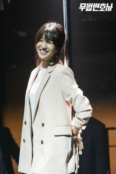 Seo Ye-ji plays Ha Jae-yi in the Korean drama Lawless Lawyer Female Actresses, Korean Actresses, Korean Actors, Korean Drama Movies, Korean Dramas, Moorim School, Lawyer Fashion, Lawyer Outfit, Korean Shows