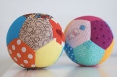 Tutorial: Patchwork Play Ball Made With English Paper Piecing Patchwork Ball 3 Patchwork Ball TutorialPublicaciones de Dover Sand Play!: Super SANDsationalTutorial de mochila infantil – Proyectos Patchwork – A Sewing Toys, Baby Sewing, Sewing Crafts, Sewing Projects, Sewing Ideas, Craft Projects, Fabric Balls, Diy Bebe, Handmade Baby Gifts
