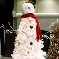 Frosty the Snowman Christmas Tree. Awesome snowman Xmas Tree, now all I need is a white tree :)