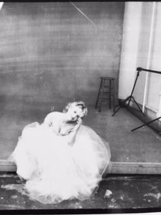 A preparatory Polaroid shot of Meg Ryan by Annie Leibovitz during her 1995 Vanity Fair photo shoot. Annie Leibovitz Portraits, Annie Leibovitz Photography, Best Portrait Photographers, Black And White Face, Meg Ryan, National Portrait Gallery, Photo Art, Backdrops, Art Photography