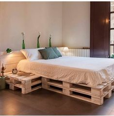 Inspiring Amazing DIY Pallet Bed Ideas For All Bedrooms 10 Amazing DIY Palette Bed Ideas For All Bedrooms - this time we will discuss DIY pallet beds. Maybe you are bored with your bed? Do you want to chang. Wood Pallet Crafts, Wood Pallet Beds, Diy Pallet Bed, Pallet Seating, Wooden Pallet Furniture, Furniture Plans, Home Furniture, Pallet Projects, Bed Pallets