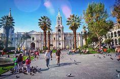 """Arequipa fue fundada por Pizarro en 1540 en el poblado Inca. La razón por la que la llamana la """"ciudad blanca"""" es porque la mayoría de los edificios coloniales están construidos con piedra volcánica blanca, incluida la enorme catedral. ✒ piedras blancas, volcanes y dioses, juegan todos juntos en esta tierra ----------------------------📎-------------------------- Arequipa was founded by one of the envoys Francisco Pizzaro in 1540, in the Inca's village. There s good cause why it is called…"""