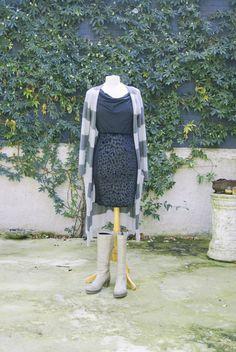 Wisten jullie dat het het 2700 liter water kost om 1 t-shirt te maken?! (bron: The World We Made, hoofdstuk: The Material World) Daarom is het onder andere zo belangrijk om kleding een tweede leven te geven.   Laarzen van leer: van JJWF voor 29,95 maat 37. Mouwloos shirt: van Elvira voor 12,95 maat 38. Vest: van 10 Days voor 39,- maat M Rok: van Zara voor 15,- maat 38  Interesse? Mail dan naar jacobien@prinsenenprinsessen.com, of kom langs in onze winkel. Woe t/m vrijdag 10.00 -17.00 en