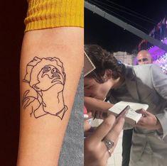 Timothée Chalamet kissing a fan's tattoo at the Venice Film Festival - Timothée Chalamet kissing a fan's tattoo at the Venice Film Festival - Harry Styles Tattoos, Tatuajes Harry Styles, Harry Tattoos, Tattoos Skull, Name Tattoos, Mini Tattoos, Small Tattoos, Tatoos, Sleeve Tattoos