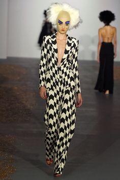Nessa volta pro line-up da Semana de Moda de Londres pra apresentar a primavera-verão 2016, Gareth Pugh se inspira no Soho da cidade – e a tensão entre a revitalização da área com a vida noturna agitada.