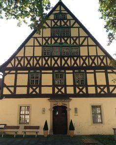 Wunderschönes altes Gebäude- das Rathaus in #Hohnstein #SaechsischeSchweiz. Heute übrigens noch #Sonnenschein!! #Wandern #Wanderglück #Ruhe #Wandermärchen #Malerweg #digitaldetox #Fernwanderweg #Wanderweg #wanderslust  #SaxonSwitzerland #Saxony #Germany #elbesandstonemountains #SaxonySwitzerland