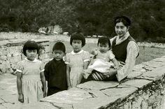 przyszły król Buthanu Jigme Singye Wangchuck z siostrami i matką