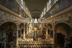 Een historische kerk als concertzaal. AMUZ is gesitueerd in en rondom de barokke Sint-Augustinuskerk, gelegen in de trendy Kammenstraat in het centrum van Antwerpen. Het gebouw combineert een indrukwekkend historisch kader met een prachtige hedendaagse architectuur.