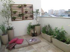 Quem disse que em apartamento não é possível cultivar horta? Neste terraço encontram-se varias espécies de plantas, além de uma horta orgânica. Projeto: Bem Verde Horta & Jardim