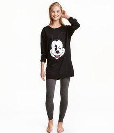 Musta/Mikki Hiiri. Pyjama pehmeää puuvillasekoitetta. Pitkähihaisessa collegepuserossa on painatus edessä. Pitkähkö malli, jossa resori helmassa ja