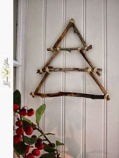 42 Christmas tree ideas from log and branches – Weihnachten – Home crafts Stick Christmas Tree, Christmas Tree Crafts, Wooden Christmas Trees, Rustic Christmas, Christmas Projects, Christmas Tree Decorations, Christmas Wreaths, Christmas Crafts, Christmas Ornaments