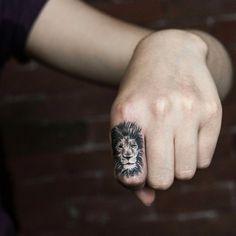 Aslan dövmesi, aslan tasarımlı siyah beyaz dövme. Galatasaray dövme modelleri arasında yer almaktadır. Aslan dövmesi en çok tercih edilen motiflerdendir.