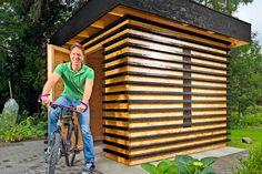 Vem hjälper dig att bygga ett snyggt cykelskjul? På bara tre dagar kan du och en medhjälpare bygga detta snygga skjul av moduler till cyklar och trädgårdsredskap. Backyard Storage Sheds, Shed Storage, Outdoor Structures, Garage, Beauty, Carport Garage, Garages, Car Garage, Carriage House