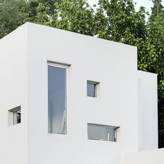 This house in Argentina by local architects Arquinoma has a front door tall enough to let in a giraffe. Minimal Architecture, Interior Architecture, Interior And Exterior, Interior Design, Compact House, Wooden Staircases, Japanese House, Facade House, White Houses