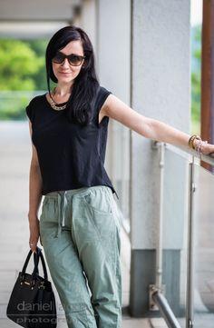 Casual sunday : khaki pants and glossy heels