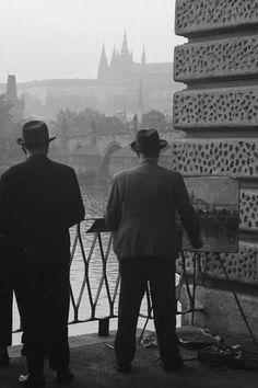 Malíř (3253) • Praha, říjen 1964 • | černobílá fotografie, Smetanova lávka, Pražský hrad, zábradlí |•|black and white photograph, Prague|