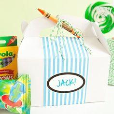 Lembrancinha para damas e pajens: uma caixinha fofa com giz de cera guloseimas e livros pra colorir. Fácil de fazer e eles vão amar!
