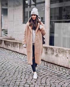 Trends 70 Winter Outfits with a Camel Coat to Stay Chic and Warm Camel Coat outfits are a modern classic, and the best way to stay warm, chic, sexy, and sophisticated this winter. Though Camel Coats has been a fashi… Outfits With Hats, Casual Outfits, Fashion Outfits, Fur Fashion, Fashion 2017, Camel Coat Outfit, Grey Beanie Outfit, Grey Hat, Pijamas Women