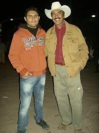 Ziquítaro.Emmanuel Martínez Campos y Jaime Rodríguez López, en la plaza del poblado.