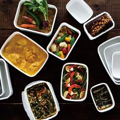 富士ホーローから発売された全8型4色からなる琺瑯製保存容器「Konte(コンテ)」シリーズです。 琺瑯は酸や塩分に強いため、いま注目される「作りおき」など食材の保存に適しています。表面のガラス質は汚れが付きにくく、におい移りも少ないので、キムチなどの発酵性食品のほかさまざまな食材のストックが可能。また、耐熱性が高いためオーブンでの調理にもお使いいただけます。