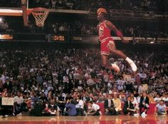 The Famous Michael Jordan dunk from the foul line to win the NBA slam dunk contest. Air Jordan flew seemingly against the laws of gravity! Michael Jordan Basketball, Michael Jordan Slam Dunk, Michael Jordan Photos, Michael Jordan Poster, James Harden, San Antonio Spurs, Nba Players, Basketball Players, Basketball Photos