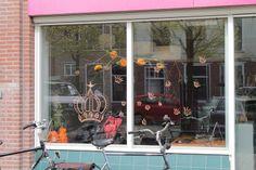 Etalage voor koningsdag bij het Vrijwilligers Servicepunt in Leeuwarden
