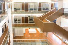 Treverk + hvitt, trapp som element i rommet  Institute for Quantum Computing University of Waterloo